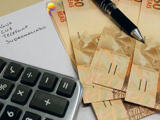 inflação-contas-agua-luz-telefone-compras-dinheiro-50-reais-calculadora